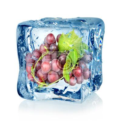 cube de glace et raisins bleus
