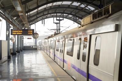 Sticker Delhi, Inde - Mars 03, 2012: la station de métro de Delhi à Delhi. Réseau de métro de Delhi se compose de six lignes d'une longueur totale de 189,63 km (117.83 mi) avec 142 stations