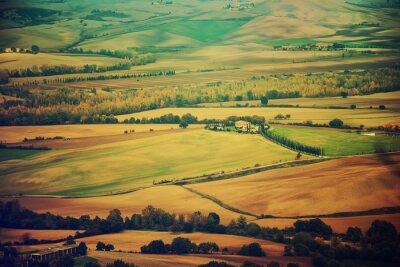 Sticker Des champs ondulés en Toscane au coucher du soleil, en Italie. Naturel fond extérieur saisonnier vintage de printemps.