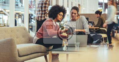 Sticker Des collègues de travail discutant du travail au bureau