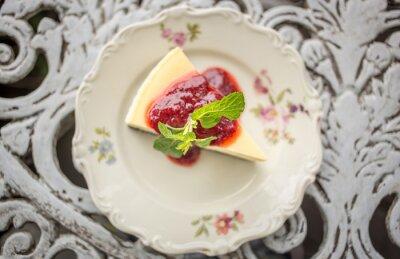 Sticker Dessert - gâteau au fromage à la sauce baies et menthe verte, vue de dessus