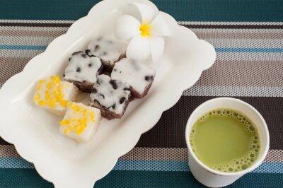 Dessert thaï traditionnel avec du lait chaud de thé vert sur la plaque