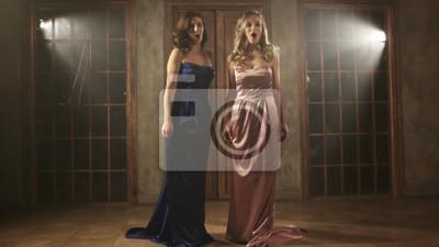 Sticker Deux beaux chanteurs d'opéra en robes longues