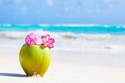Sticker Deux cocktail frais de noix de coco sur la plage tropicale avec des fleurs
