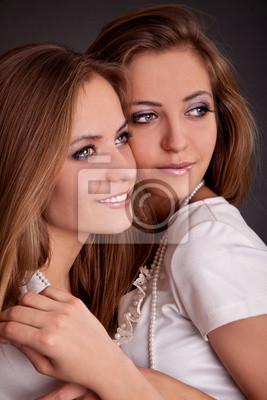 Deux filles jumelles, isolé sur le fond gris
