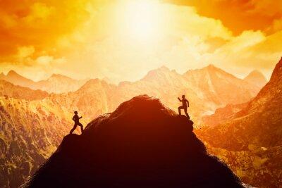 Sticker Deux hommes courant la course au sommet de la montagne. Concurrence, rivaux, défi
