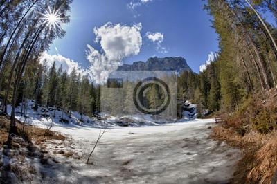 Dolomites italiennes gelés vue sur le lac en hiver