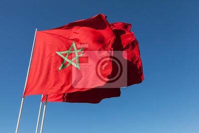 Drapeaux nationaux du Maroc ci-dessus le ciel bleu clair