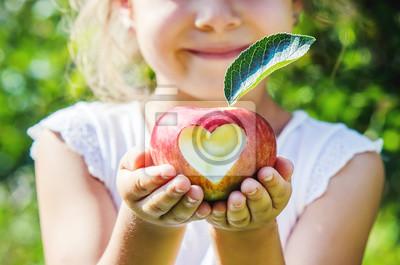 Sticker Enfant avec une pomme. Mise au point sélective. Jardin.
