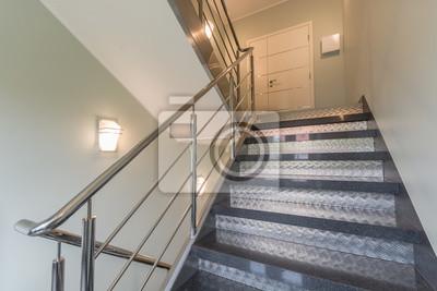 Escalier dans un bâtiment moderne. bâtiment intérieur lumineux ...