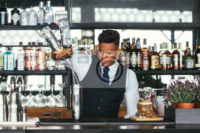 Sticker Expert barman ajoutant de l'alcool à un shaker