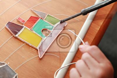 Fabricant de vitraux au travail sur le château coloré
