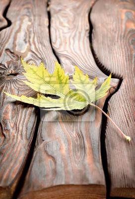 feuilles d'automne sur une table en bois