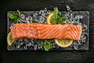 Sticker Filet de saumon servi sur pierre noire