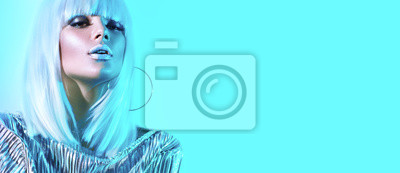 Sticker Fille de modèle haute couture dans des néons lumineux colorés qui pose en studio. Portrait de belle femme sexy en perruque blanche et argent brillant maquillage tendance