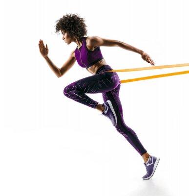 Sticker Fille forte en silhouette utilisant une bande de résistance. Photo de jeune fille africaine effectue des exercices de fitness isolés sur fond blanc. Vue de côté