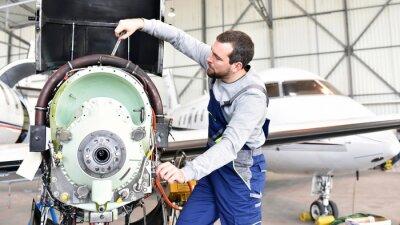 Sticker Fluggerätemechaniker repariert Triebwerk von Flugzeug im Hangar // les travailleurs réparent le moteur de l'avion dans le hangar