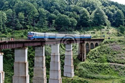 Former sur le pont de chemin de fer dans les montagnes des Carpates, Ukraine