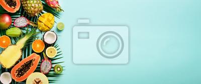 Sticker Fruits exotiques et feuilles de palmier tropical sur fond turquoise pastel - papaye, mangue, ananas, banane, carambole, fruit du dragon, kiwi, citron, orange, melon, noix de coco, citron vert. Bannièr