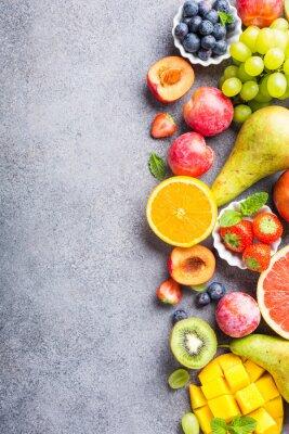 Sticker Fruits frais assortis et baies sur fond gris clair. Nourriture propre et saine colorée. Nourriture Detox. Copiez l'espace. Vue de dessus