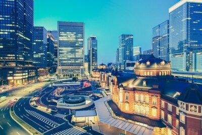 Sticker Gare de Tokyo et gratte-ciel au moment crépusculaire