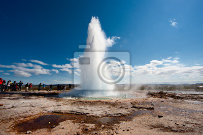 Geyser en Islande tout en soufflant de l'eau