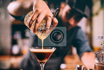 Sticker gros plan, de, barman, main, verser, alcoolique, cocktail, dans, verre martini