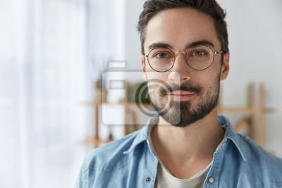 Sticker Gros plan portrait de bel homme barbu porte des lunettes rondes, a  l  824f0ecd499a