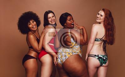 Sticker Groupe de femmes de taille différente en bikini
