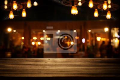 Sticker Image de table en bois en face de fond de restaurant floue abstrait.