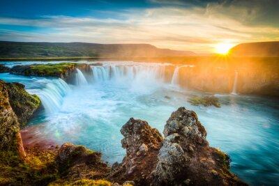 Sticker Islande, Godafoss au coucher du soleil, belle chute d'eau, longue exposition
