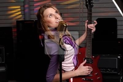 jeune femme avec guitare rock