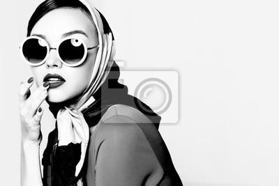 Sticker Jeune femme dans un style rétro Lunettes de soleil et foulard en soie.