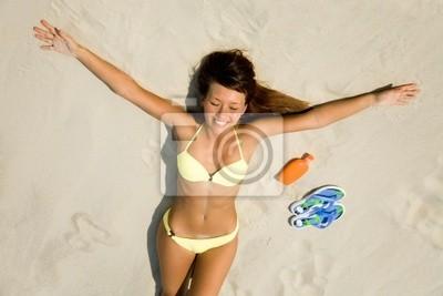 jeune femme en bikini au soleil sur la plage