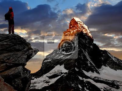 jeune fille en regardant le magnifique Mont Cervin