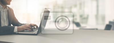 Sticker jeune homme d'affaires travaillant sur ordinateur portable au bureau de coworking lumineux moderne. espace de copie