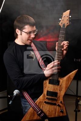 jeune mâle jeu dans l'étude de la guitare