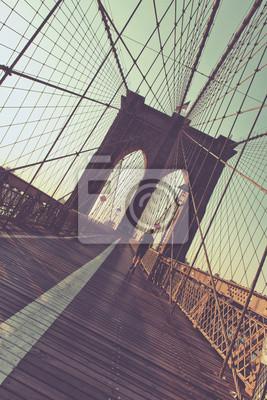 Jogger sur la passerelle piétonne de Brooklyn Bridge
