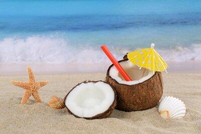 Sticker Kokosnuss Frucht Boisson Cocktail im Sommer am Meer und Strand