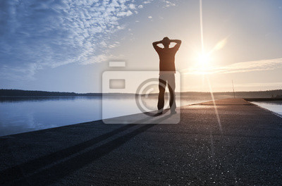 L'homme se tient sur le quai en béton