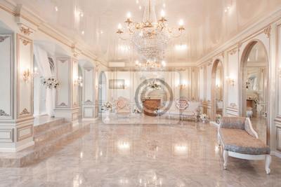 Sticker la lumière du jour à l'intérieur et la lumière des lampes électriques. Matin dans un intérieur luxueux et lumineux dans un hôtel particulier.