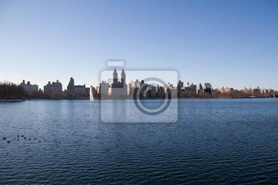Lac à Central Park et bâtiments à Manhattan à l'ombre