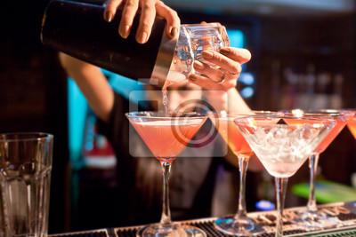 Sticker Le barman fille prépare un cocktail dans la boîte de nuit