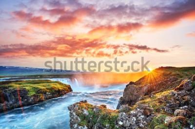 Sticker Le pittoresque coucher de soleil sur les paysages et les cascades. Kirkjufell, Islande