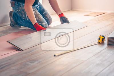 Sticker Le travailleur installe professionnellement les panneaux de plancher