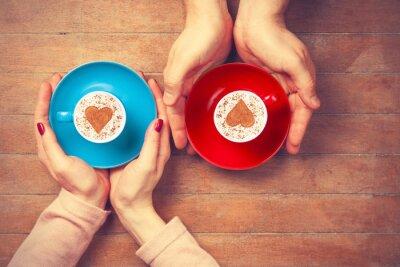 Sticker Les femmes et les hommes tenant tasses de café
