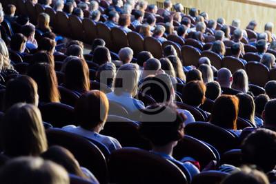 Sticker Les gens dans l'auditorium pendant la performance. Une production théâtrale.