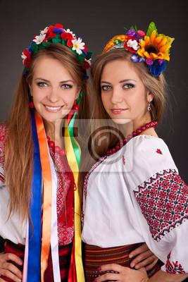Les jeunes femmes dans des vêtements ukrainiens