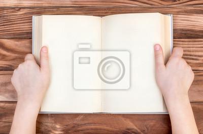 Sticker Les Mains De Lenfant Tenant Ouvert Livre Blanc Sur Une Table