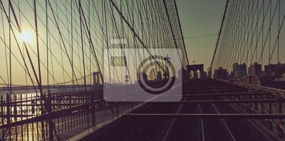 Lever de soleil chaud au-dessus des ponts de Brooklyn et de Manhattan